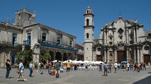 Plaza_de_la_Catedral_of_Havana_(Jan_2014).jpg