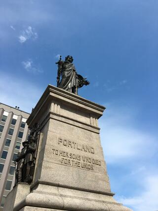 Looking_up_to_Portlands_Monument.jpg